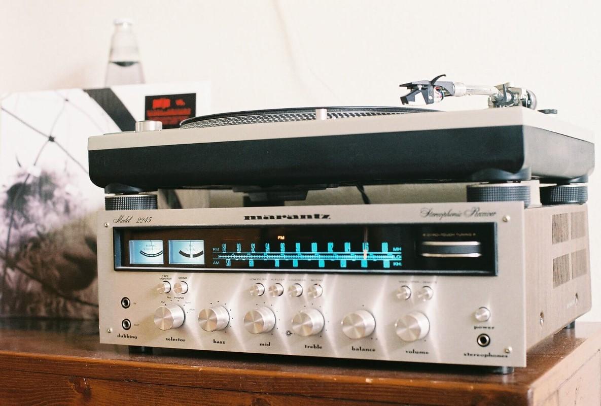 Un'accoppiata amplificatore e giradischi Marantz